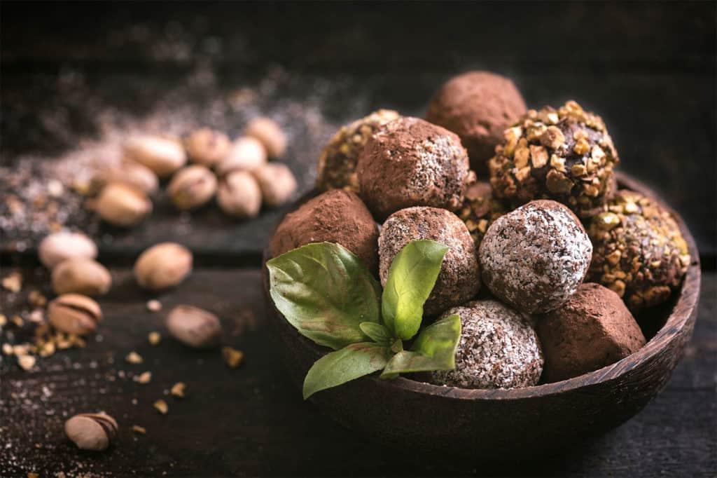 Edle Trüffelpralinen gibt es in verschiedenen Geschmacksrichtungen. Die kleinen Schätze werden auch Schockoladentrüffel genannt.